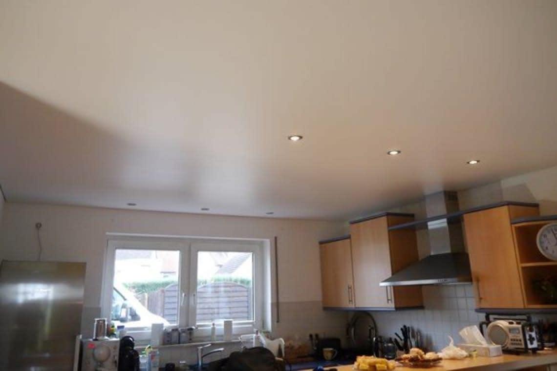Blick in Küche mit weißer Spanndecke