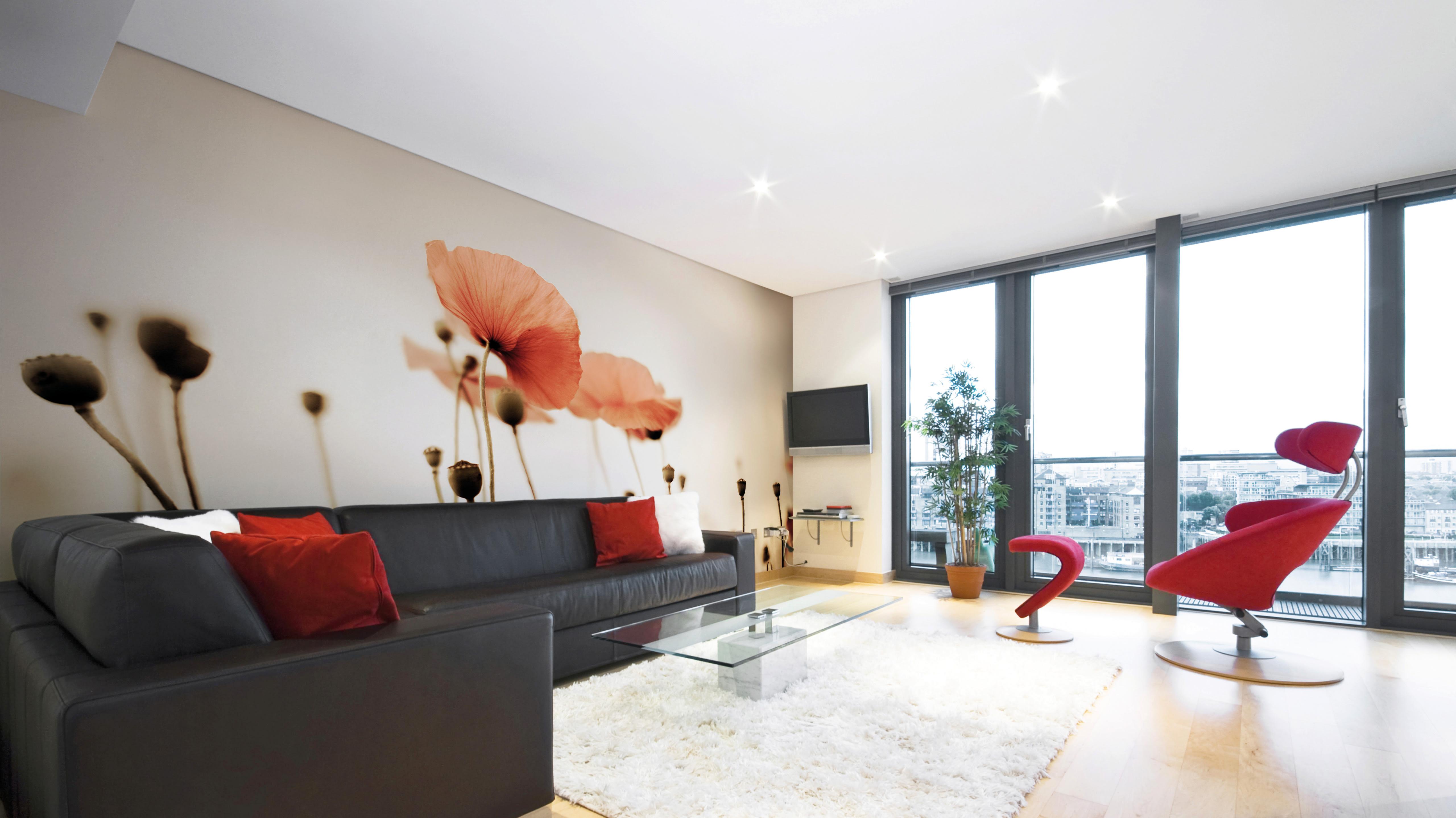 Spannwand Mohnblume Wohnzimmer mit rotem Sessel