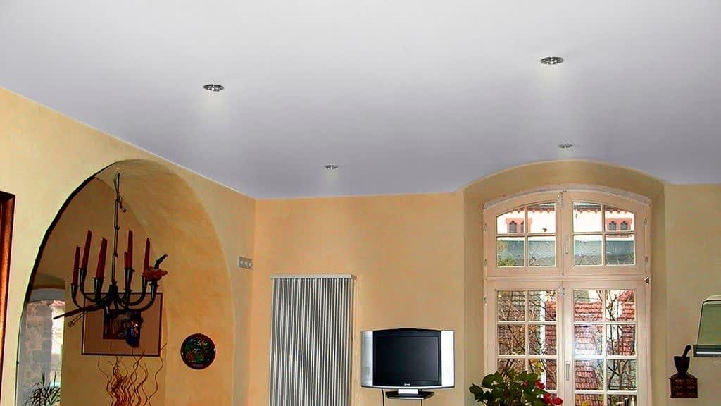Weiße Spanndecke mit Leuchten in einer Küche Orange Wände