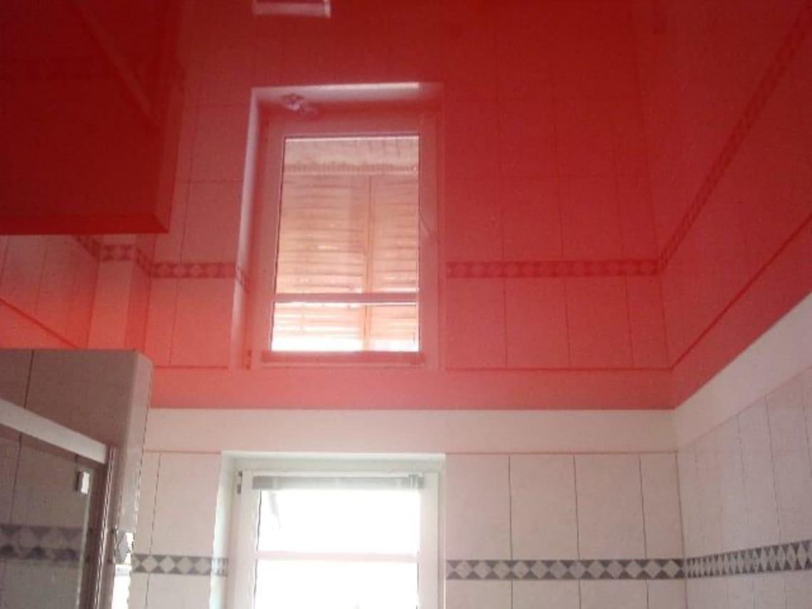 Einbaustrahler in roter hochglanz Spanndecke von deckenstudiojenß