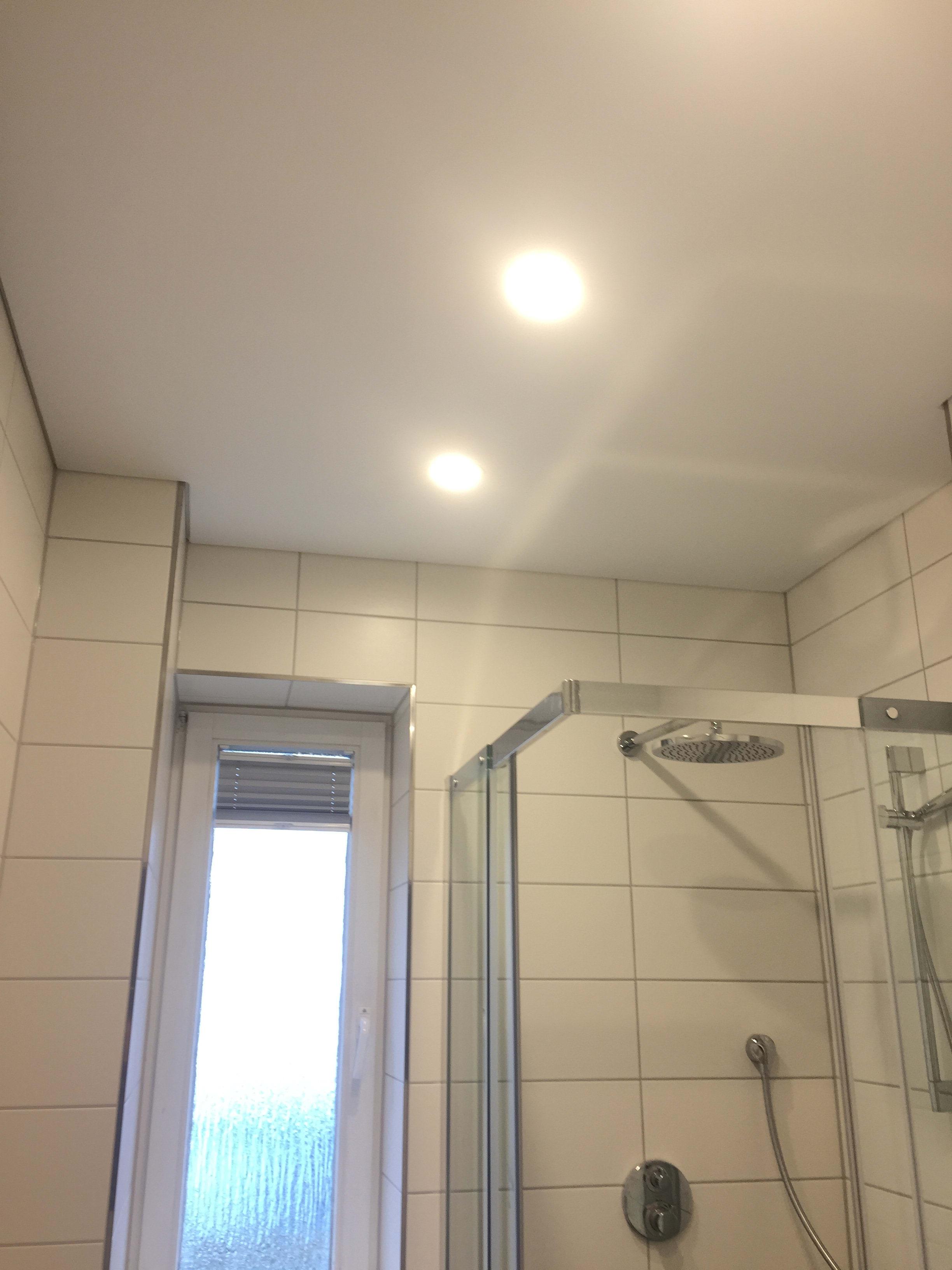 deckenstudiojenß montiert Spanndecken im Badezimmer