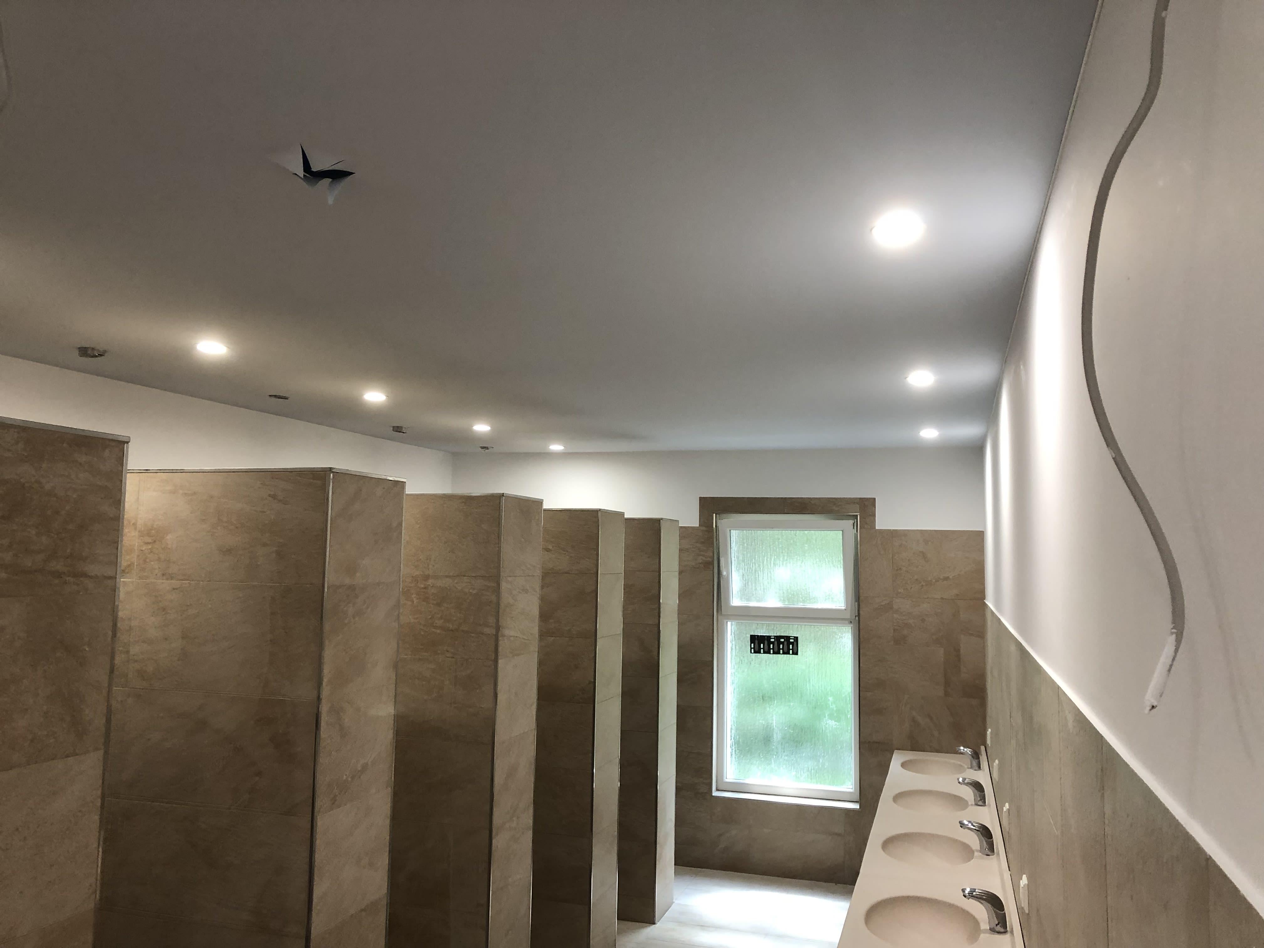 Lichtdecke im Badezimmer