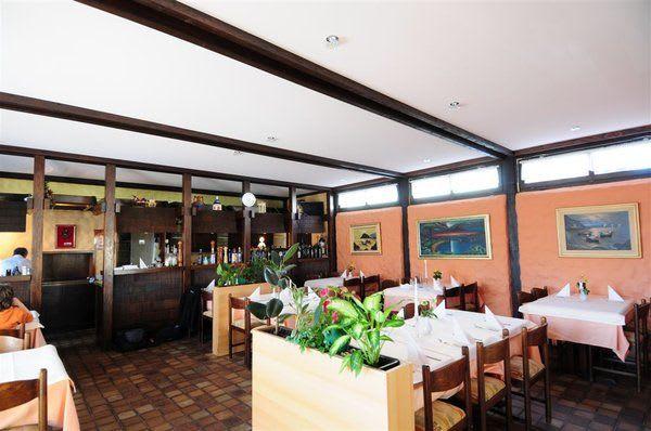 Restaurant mit weißer Spanndecke nachher