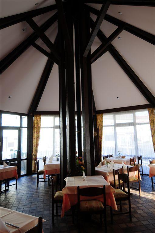 Restaurant hohe Decken weiße Spanndecke mit Holzbalken
