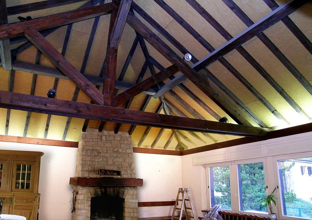 Wohnzimmer mit Kamin und brauner Decke vorher
