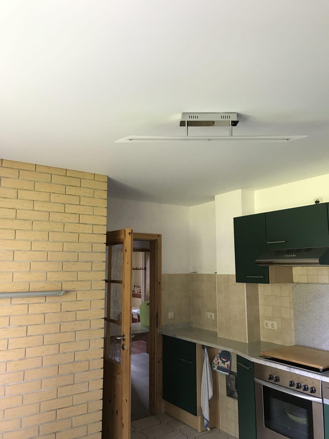 Weiße Spanndecke in einer Küche