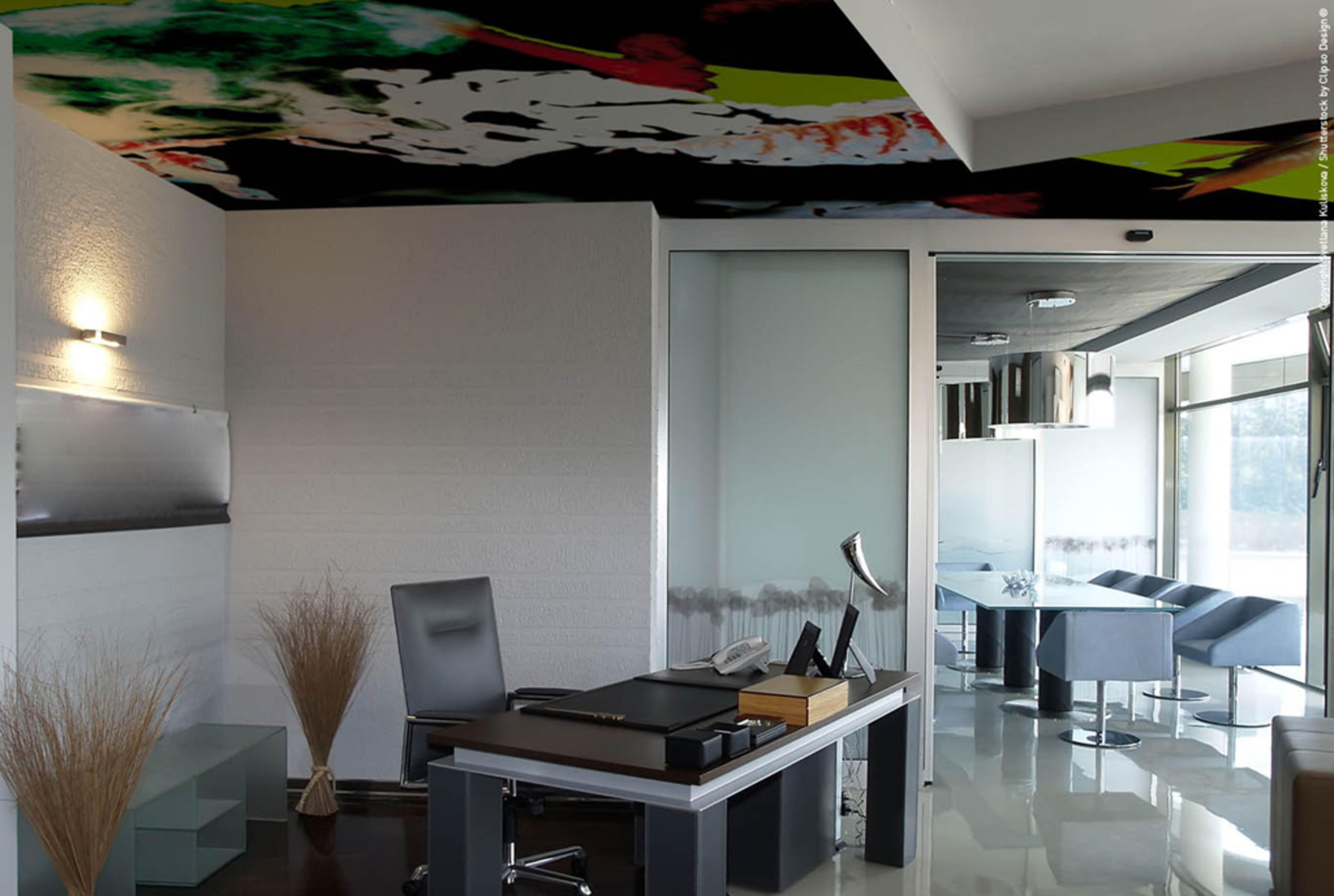 Büro mit Lackspanndecke als buntes Designelement