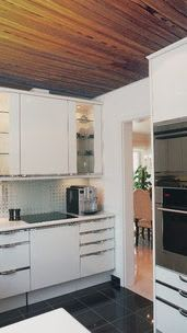 Küche vorher mit brauner Holzdecke
