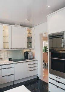 Küche nachher mit weißer heller Lackspanndecke