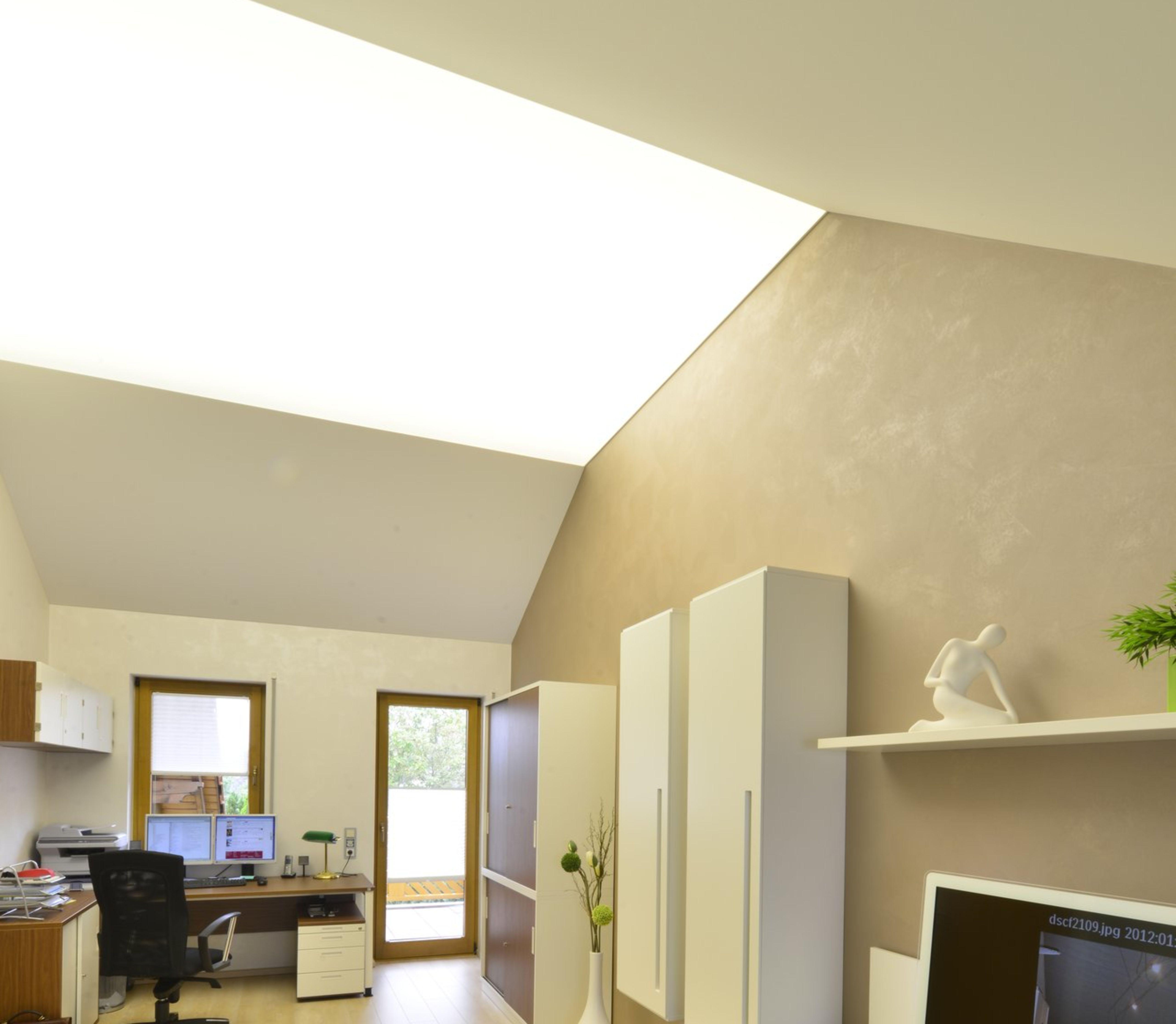 Büro mit hellen Spanndecken Akustikdecken