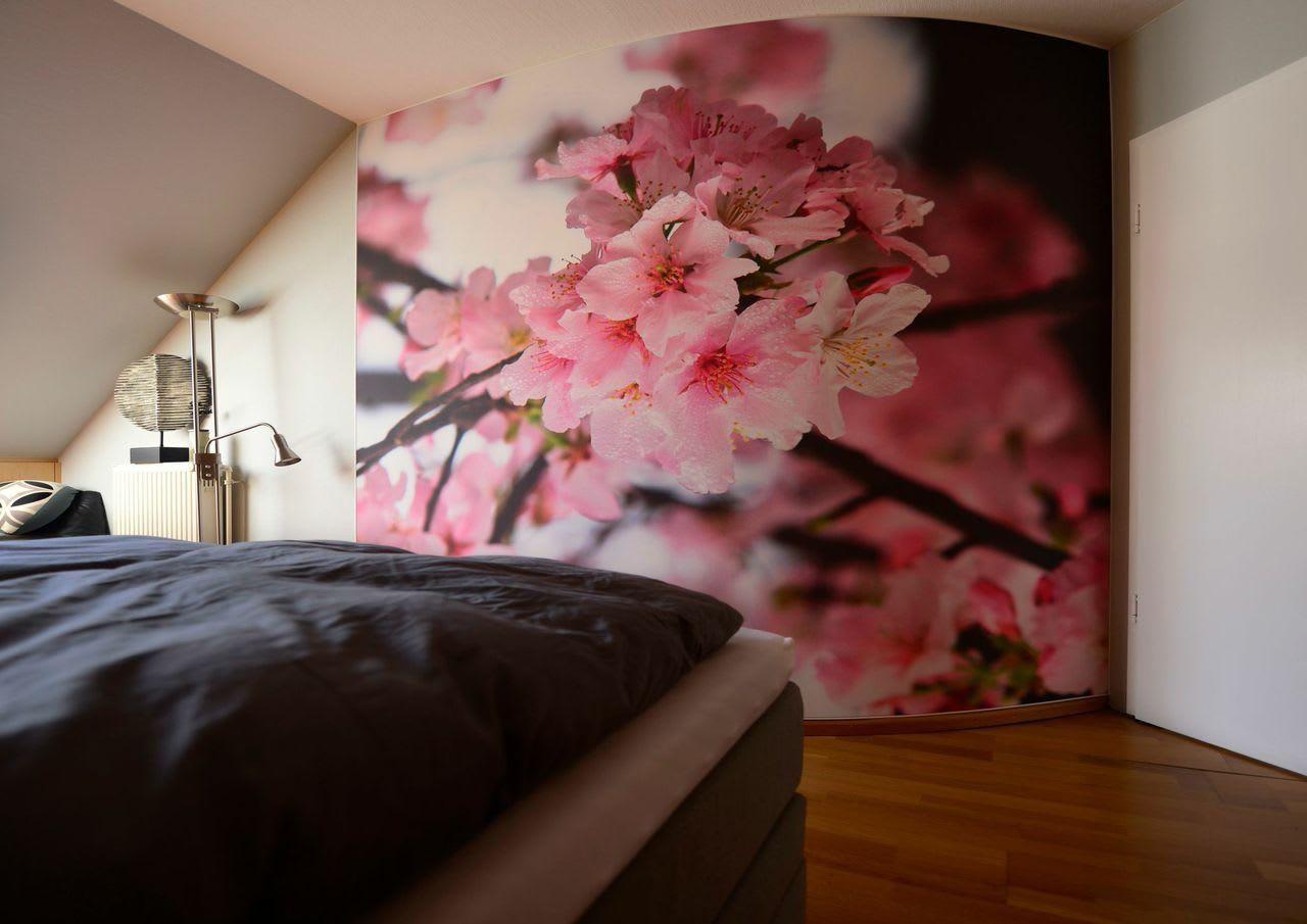Spannwand im Schlafzimmer mit rosa Blumen