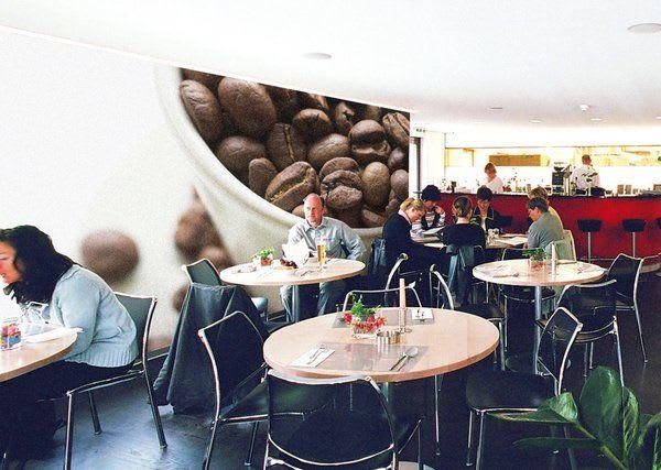 Spannwand im Cafe mit Kaffeebohnen und roter Spannwand