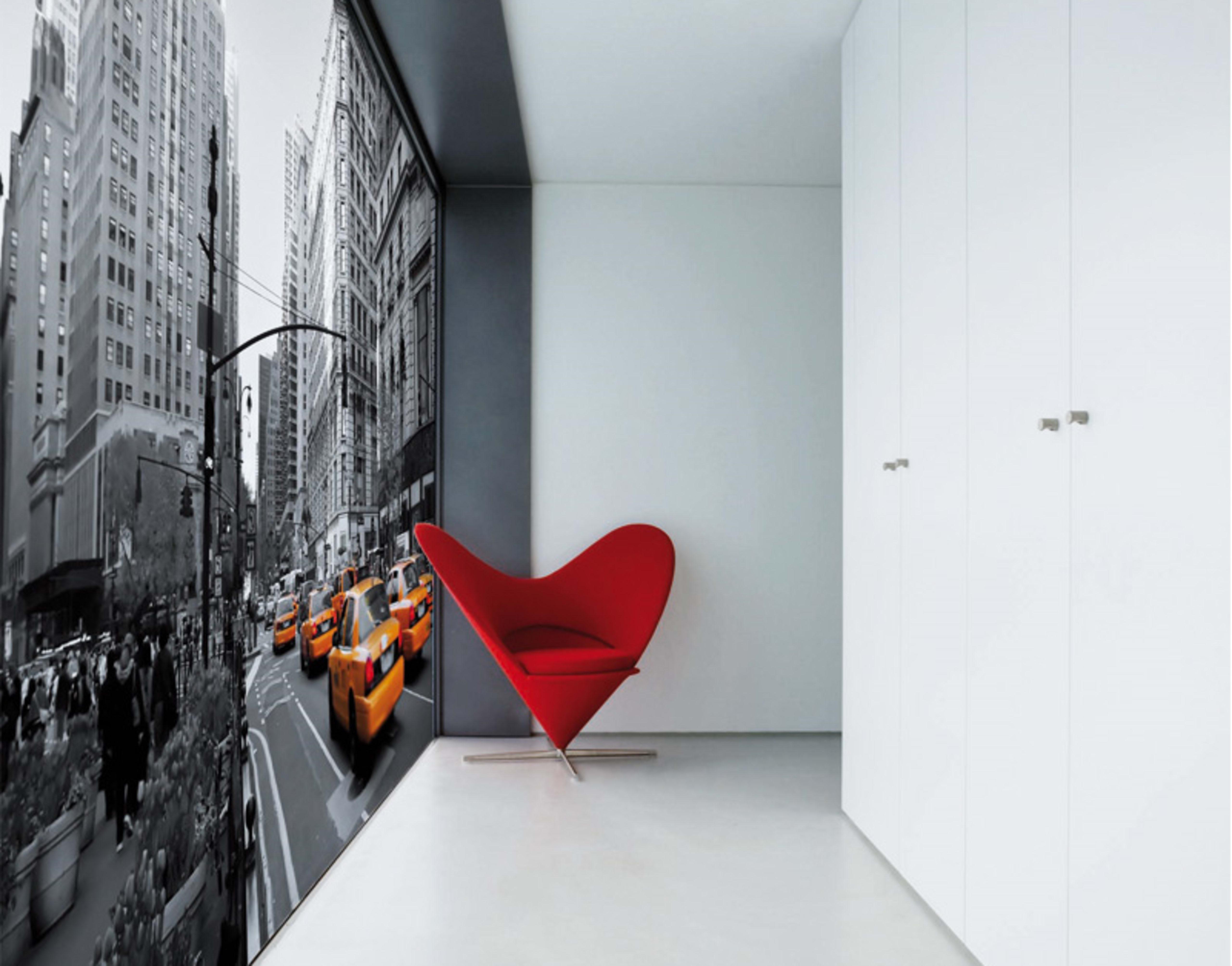 Spannwand im Flur New York Bild und roter Sessel