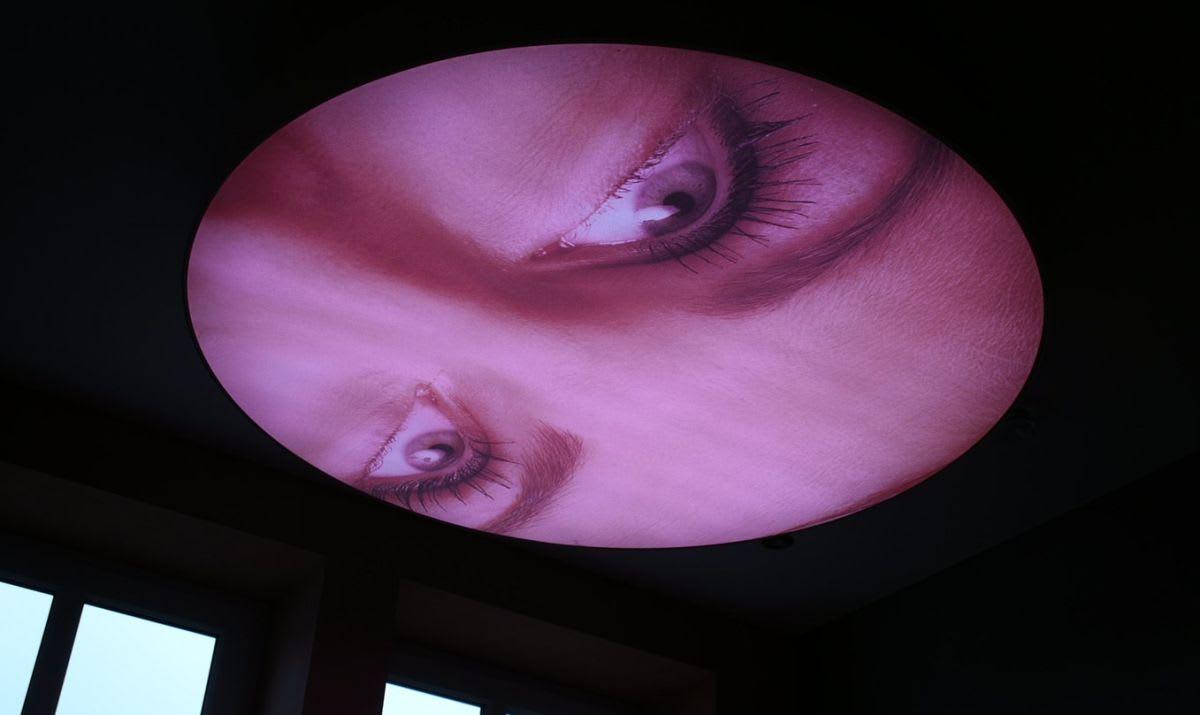 Spannwand hinerleuchtet Gesicht Augenpartie