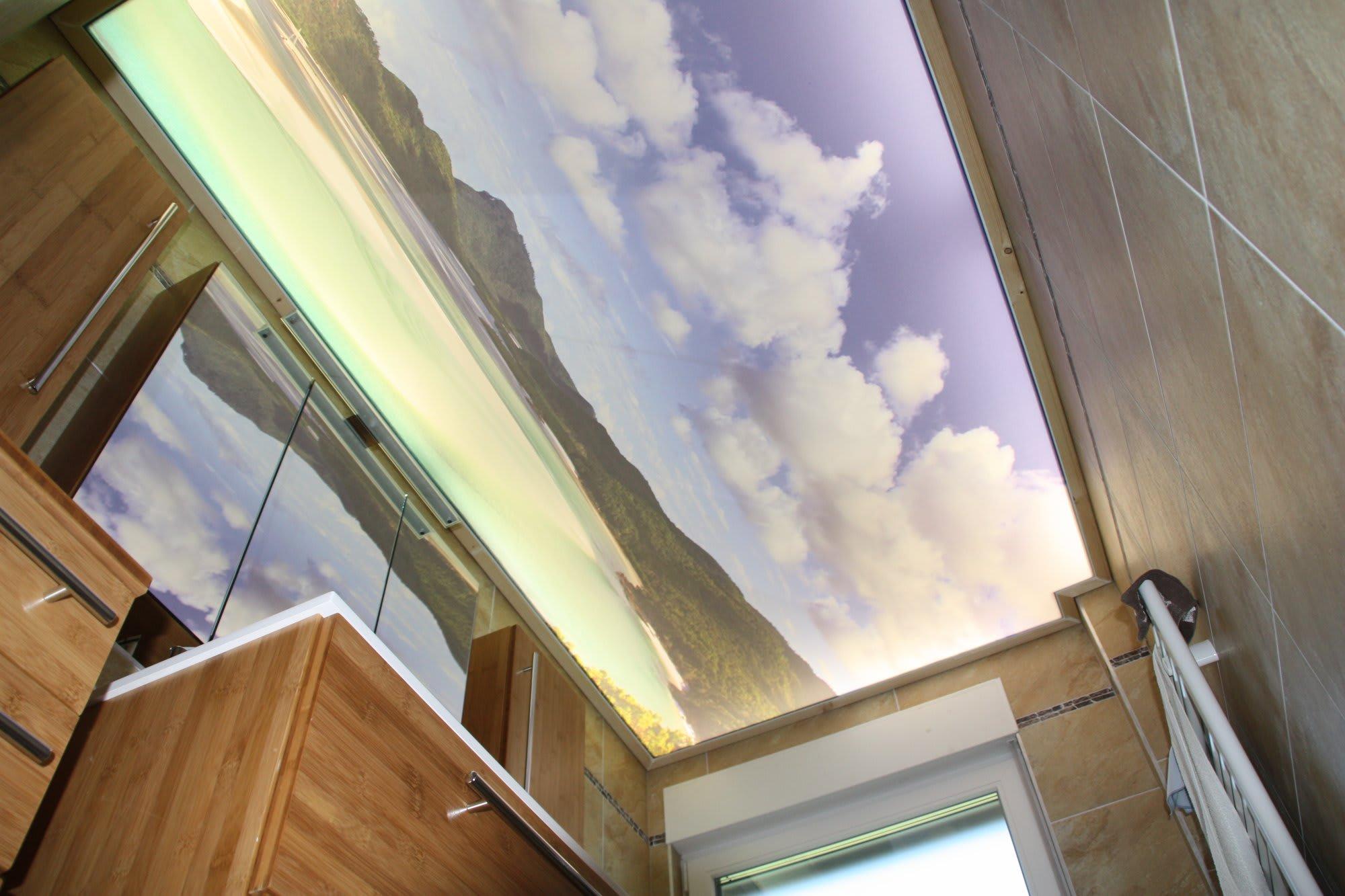 Badezimmer mit bedruckter beleuchteter Spanndecke Wasser und Berge