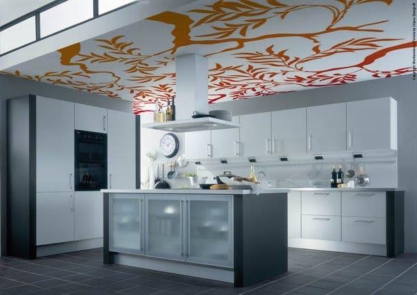 Küche mit orange gemusterter Spanndecke