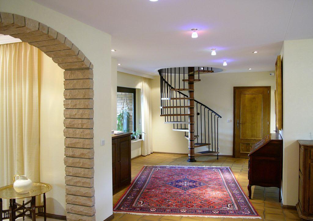 Spanndecke im Flur mit Wendeltreppe und Teppich