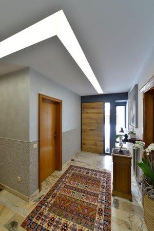 Eingangsbereich Flur mit weißer Spanndecke graue Wände und Teppich