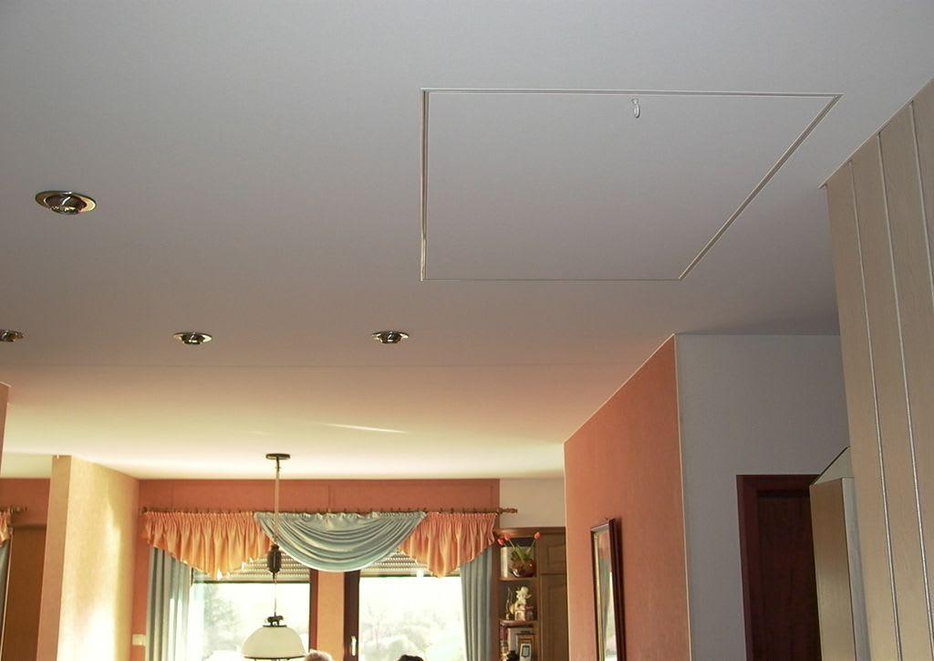 Weiße Spanndecke mit Speicheraufgang Klappe nachher und orange Wände