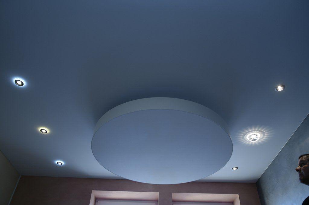 Spanndecke mit verarbeiteten Leuchten rund