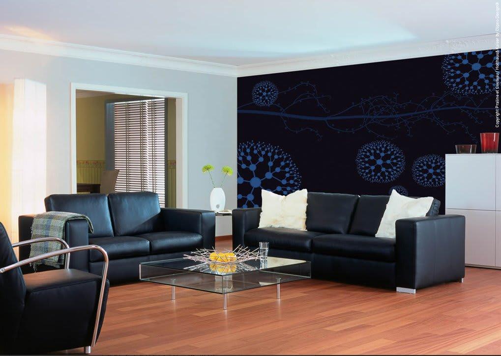 Wohnzimmer mit schwarz blau gemusterter Spannwand