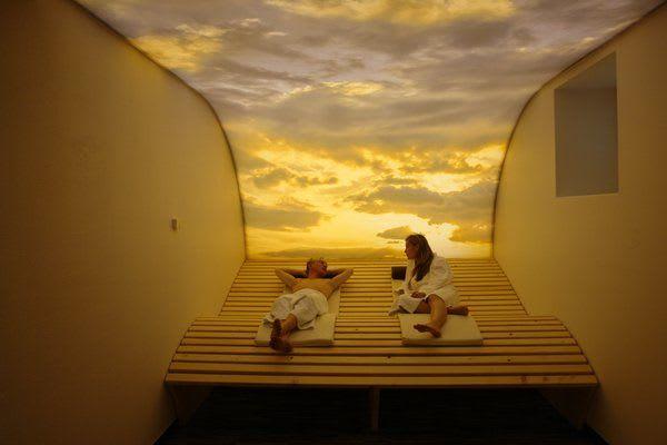 Wellnessbereich in einem Hotel warme Töne beleuchtete Spanndecke