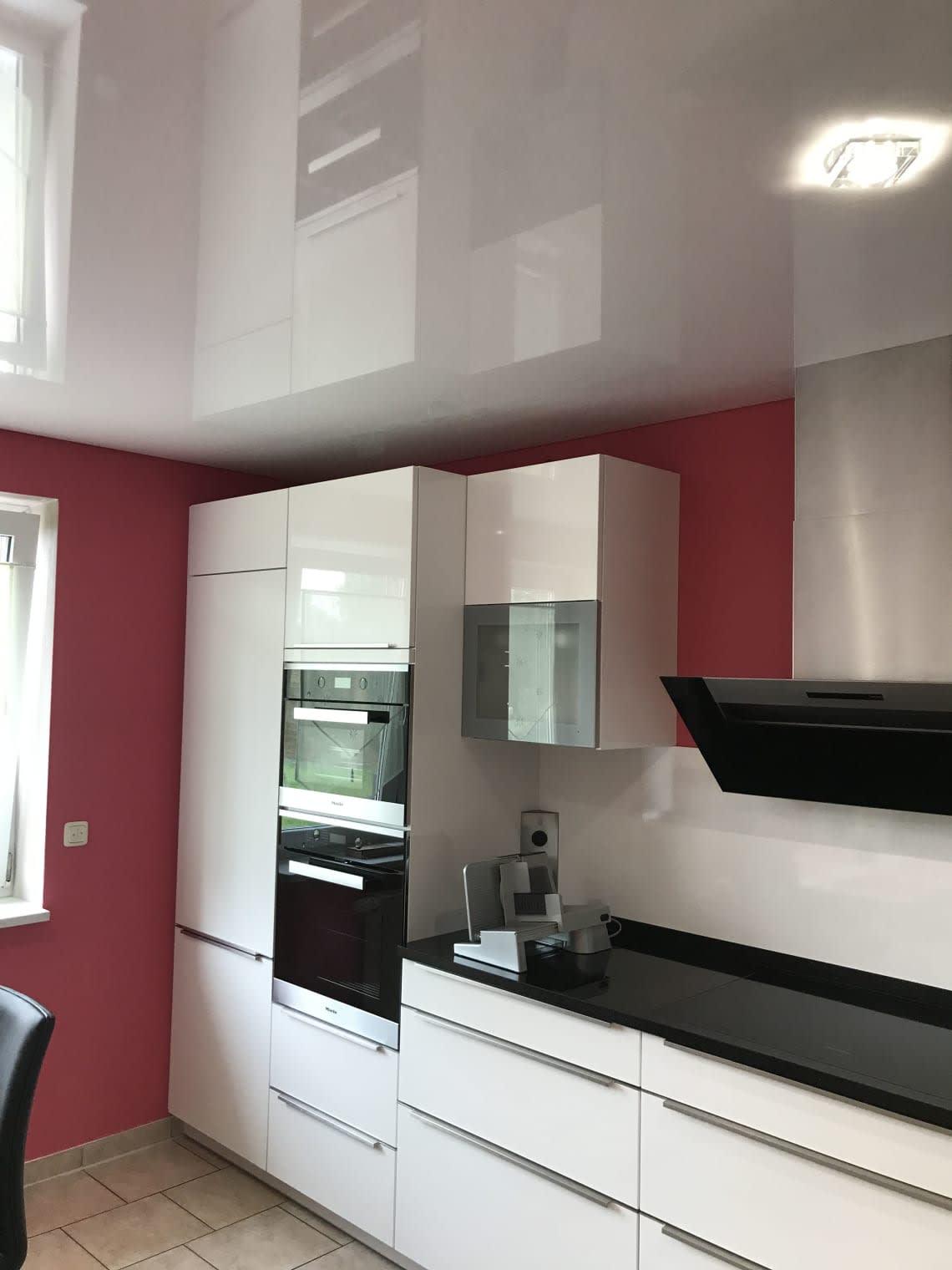Deckenstudiojenß installiert Spanndecken in der Küche