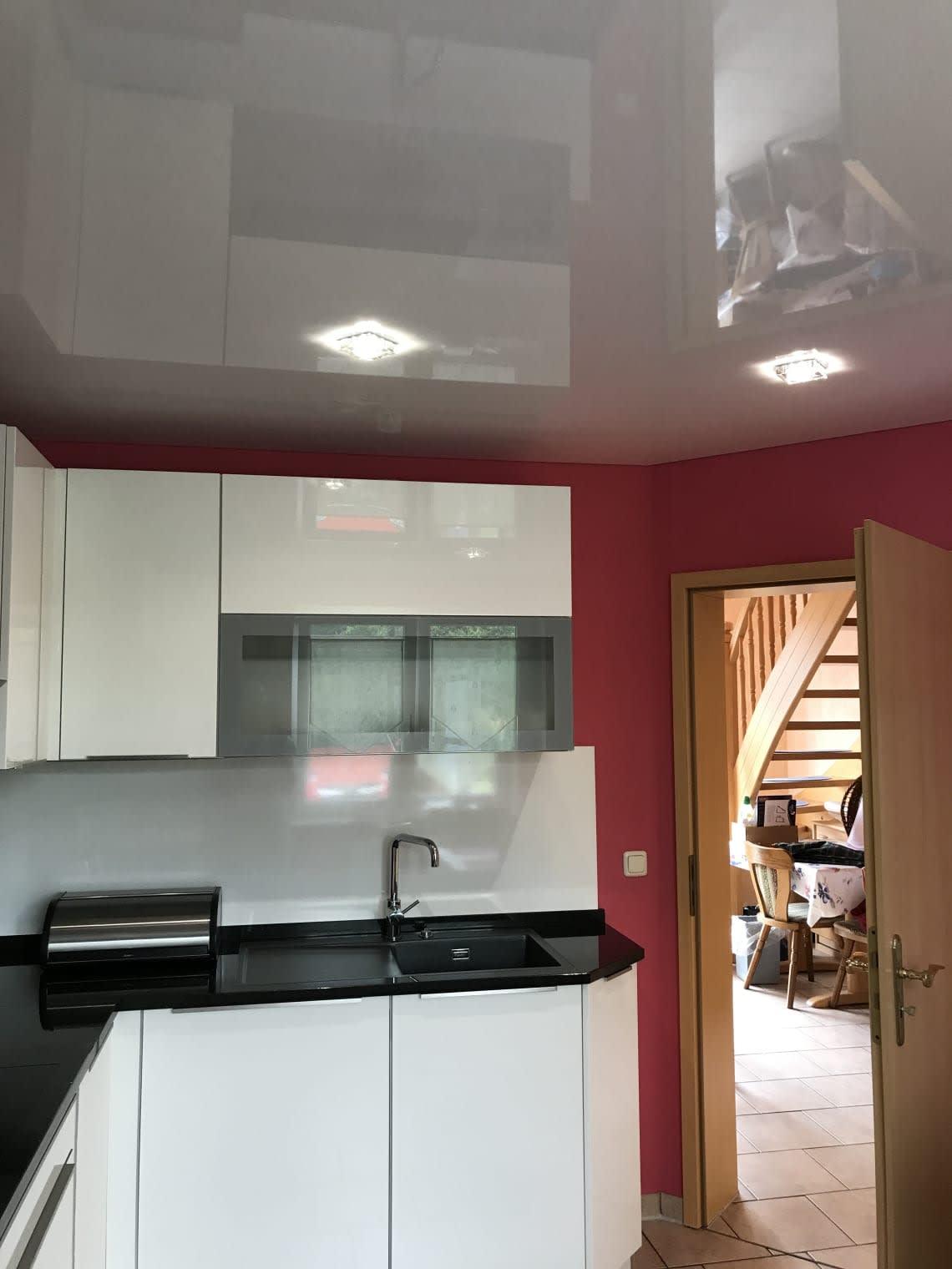 Weiße Spanndecke in der Küche mit Glasleuchten