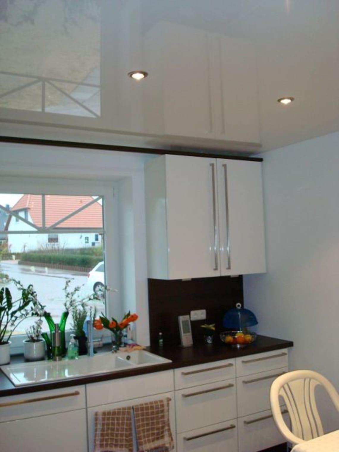 Weiße Hochglanzspanndecke in der Küche
