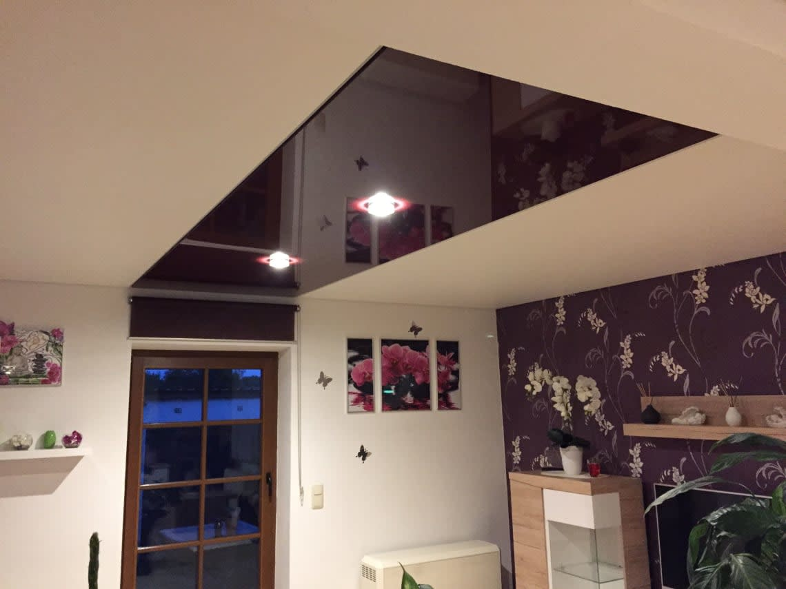 Mehrfarbige hochglanz Spanndecke im Wohnzimmer