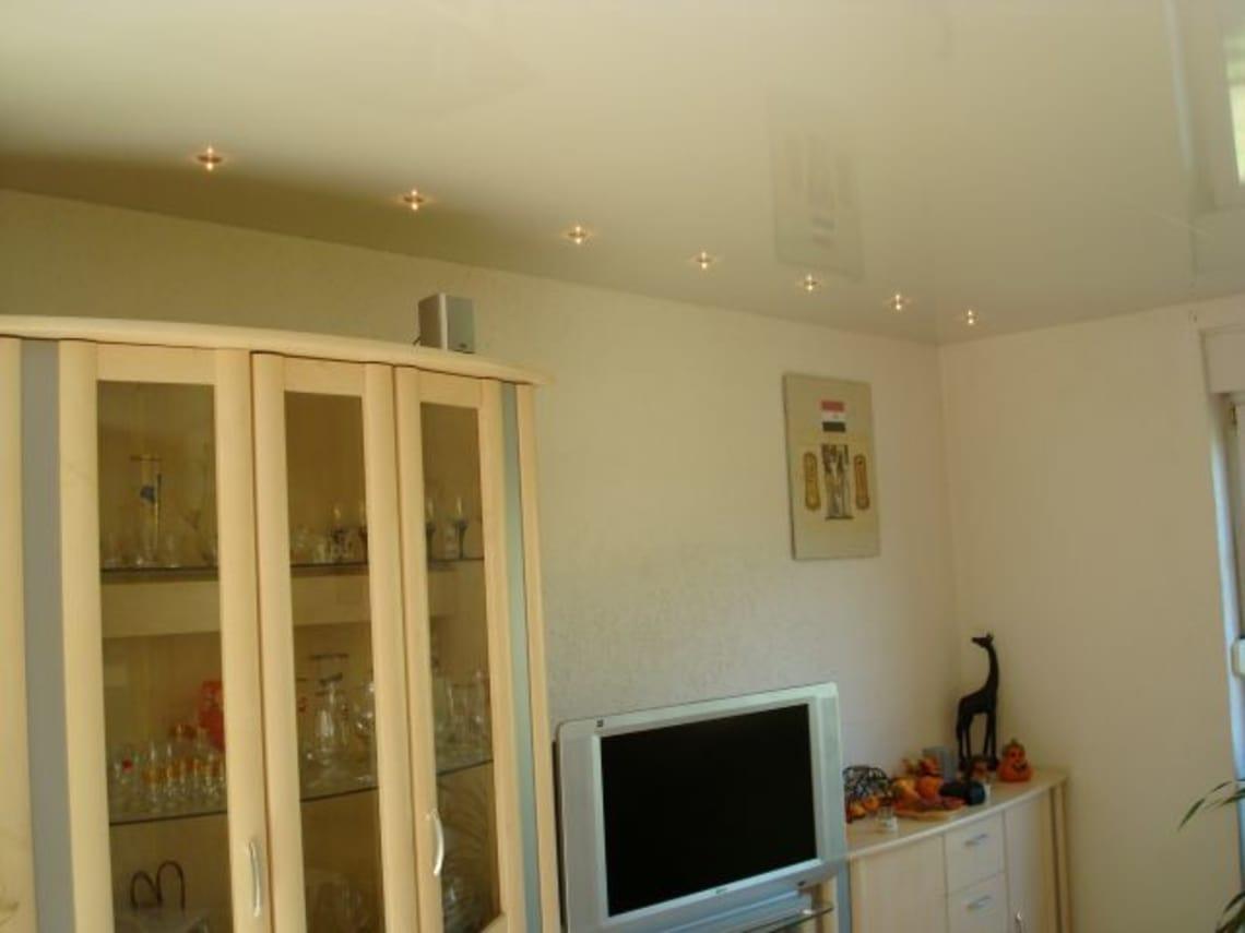 Spanndecke mit Perlmut Effekt im Wohnzimmer
