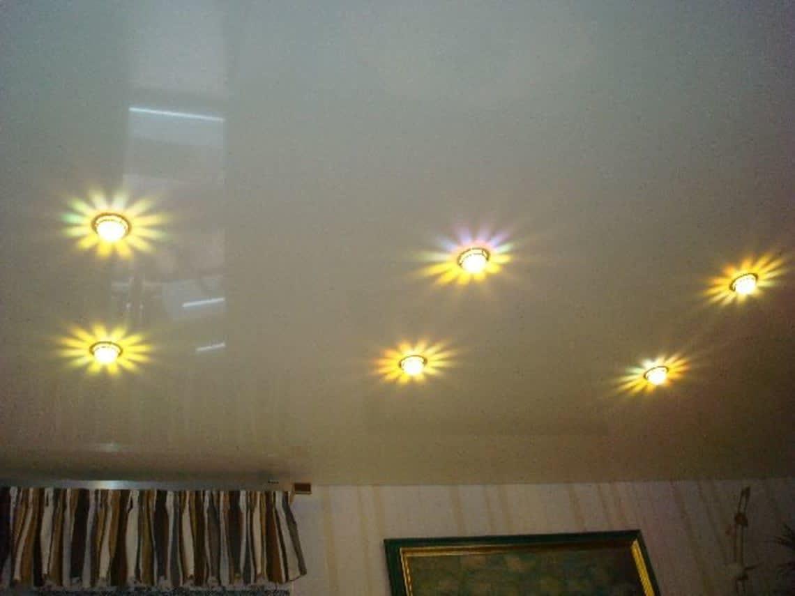 Spanndecke im Wohnzimmer mehrfarbig