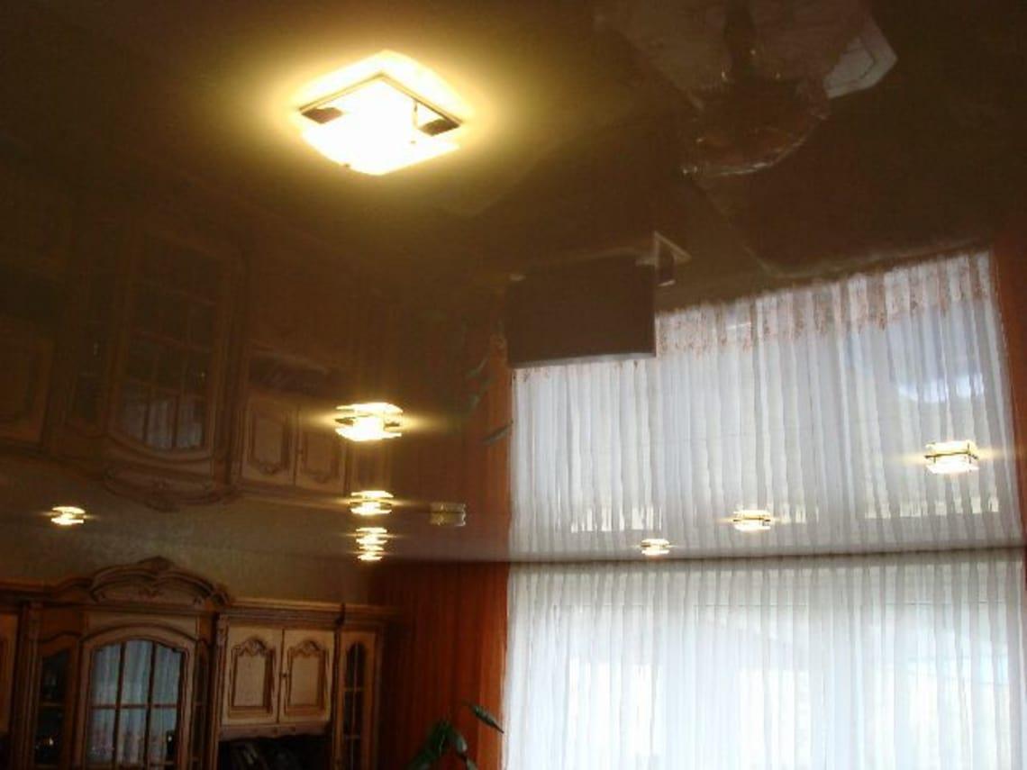 Weiße Spanndecke im Wohnzimmer montiert