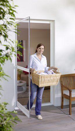Frau kommt auf Terrasse mit Wäschekorb Insektenschutz