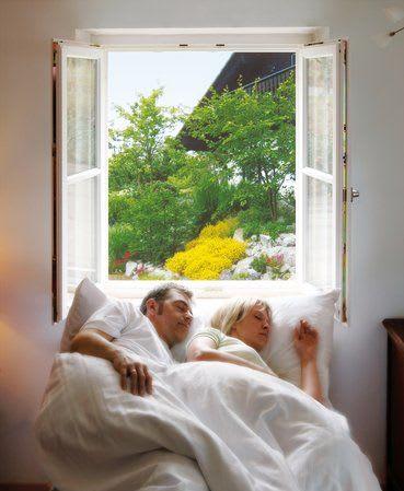 Ehepaar schläft am Fenster Insektenschutz