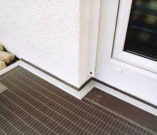 Lichtschächte lückenlos Ecke einer Tür zum Garten Insektenschutz