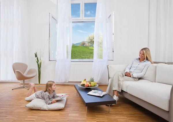 Mutter und Tochter auf Couch im Wohnzimmer