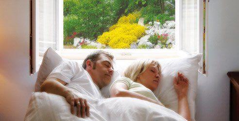 Ehepaar schläft am Fenster Insektenschut zugeschnitten