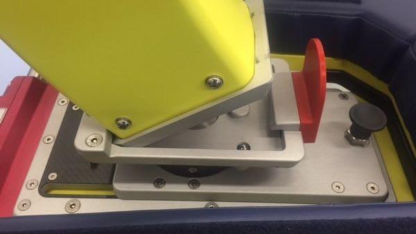 Monitorarmsockel Gelb und Rot