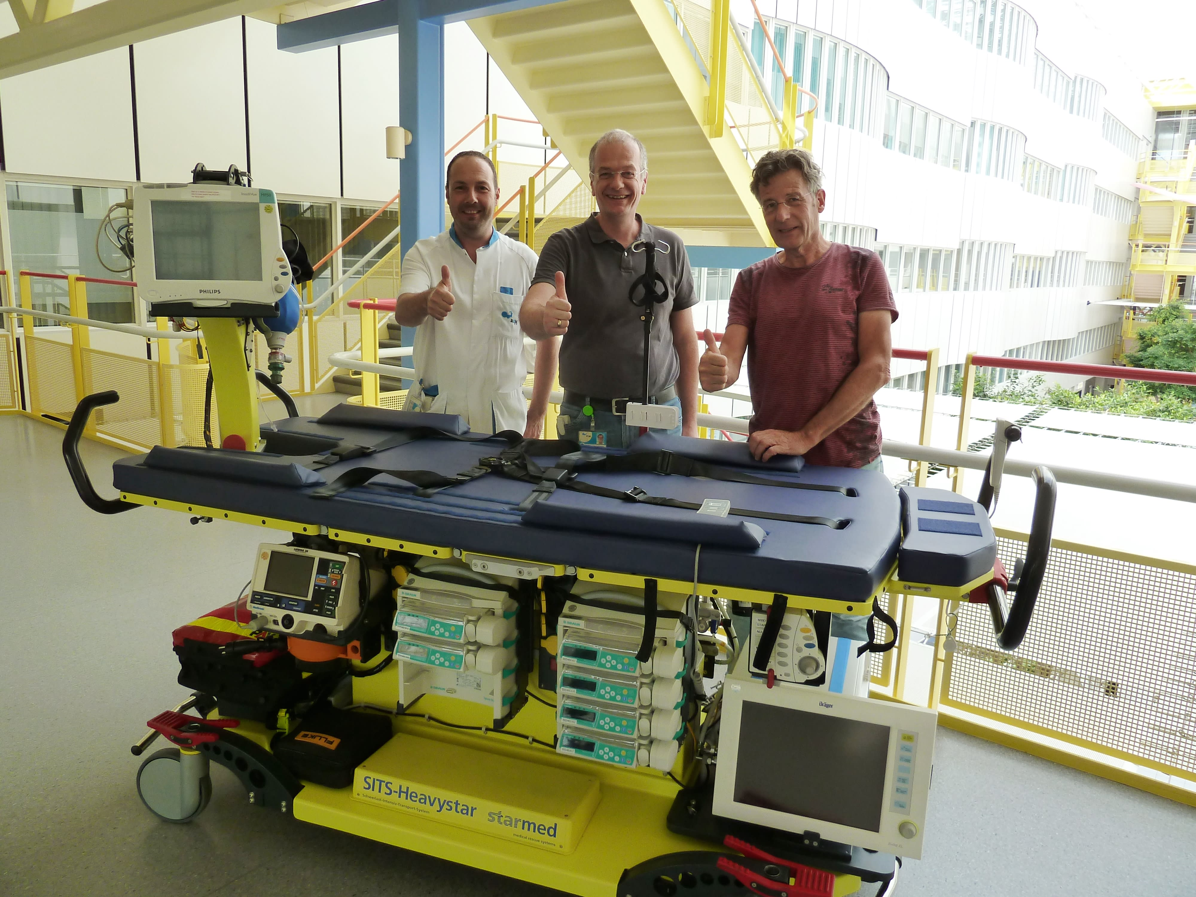 UMC Maastricht 3 Herren hinter Transportmittel