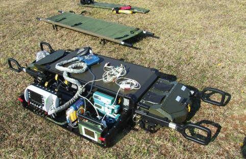 Transportmittel mit diversen Geräten auf dem Feld