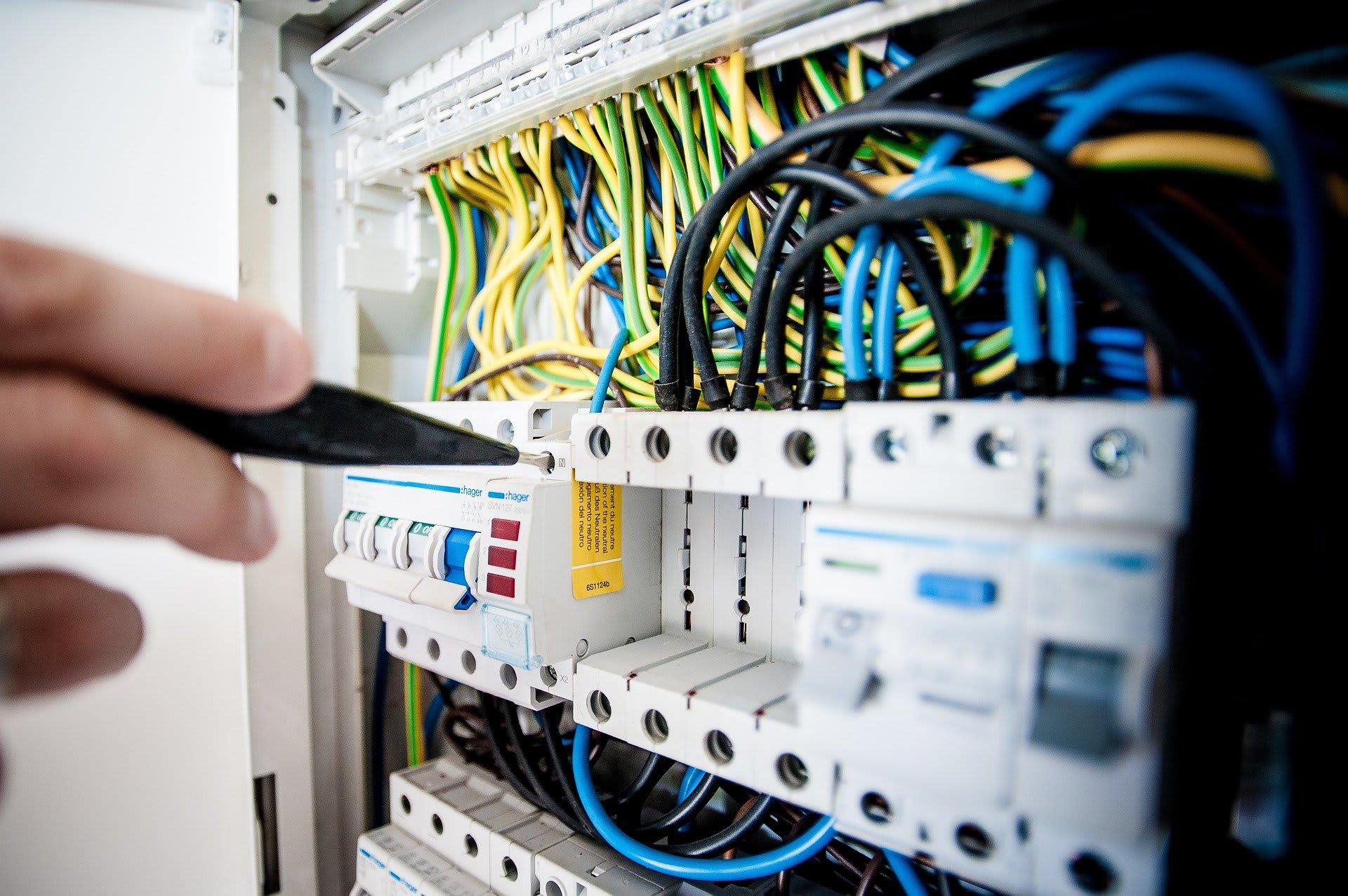 Elektriker am Spannungskasten Titelbild