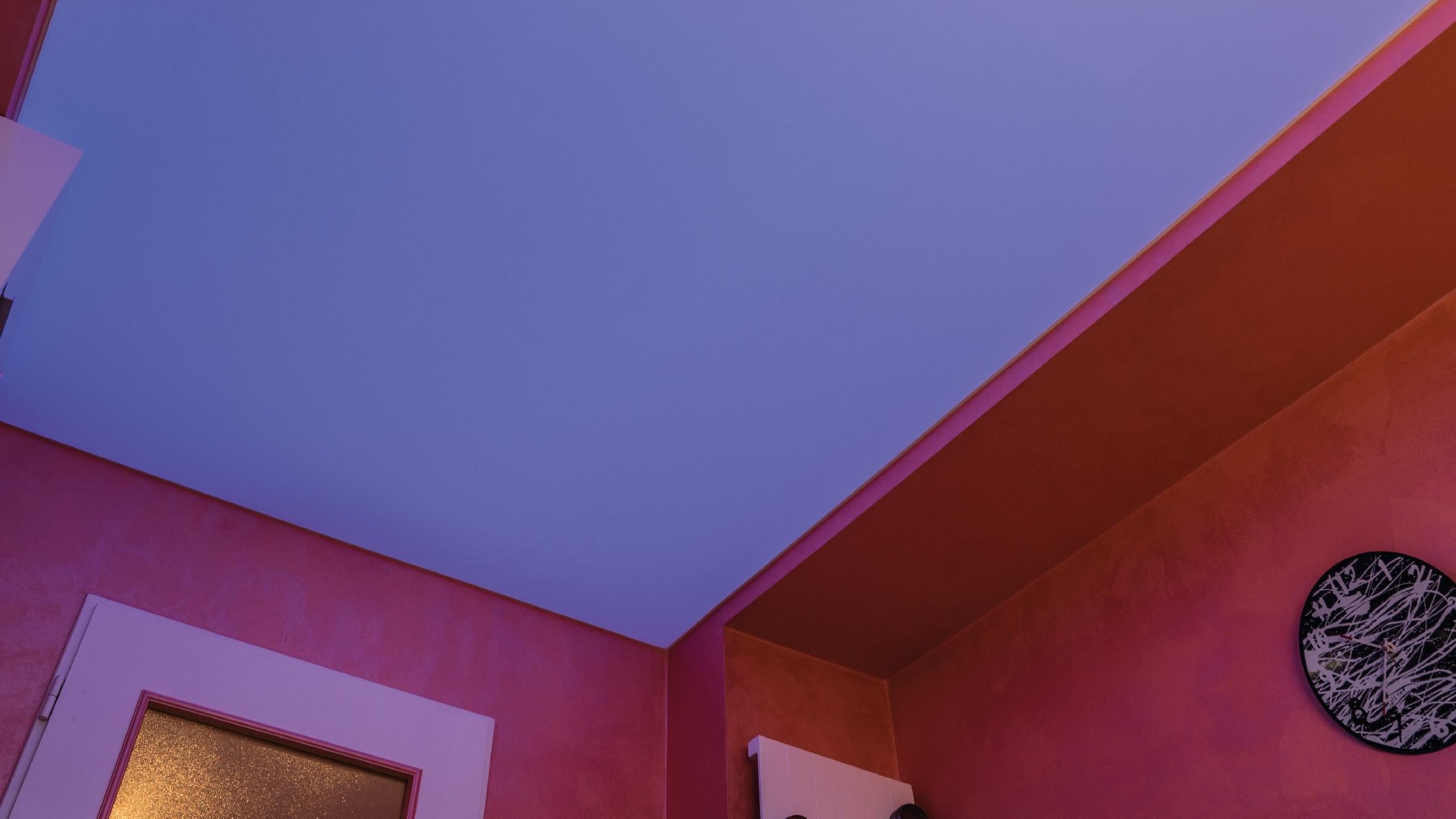 Lichtdecke in privater Küche - flächig hinerleuchtet mit RGB-Led-Strips.