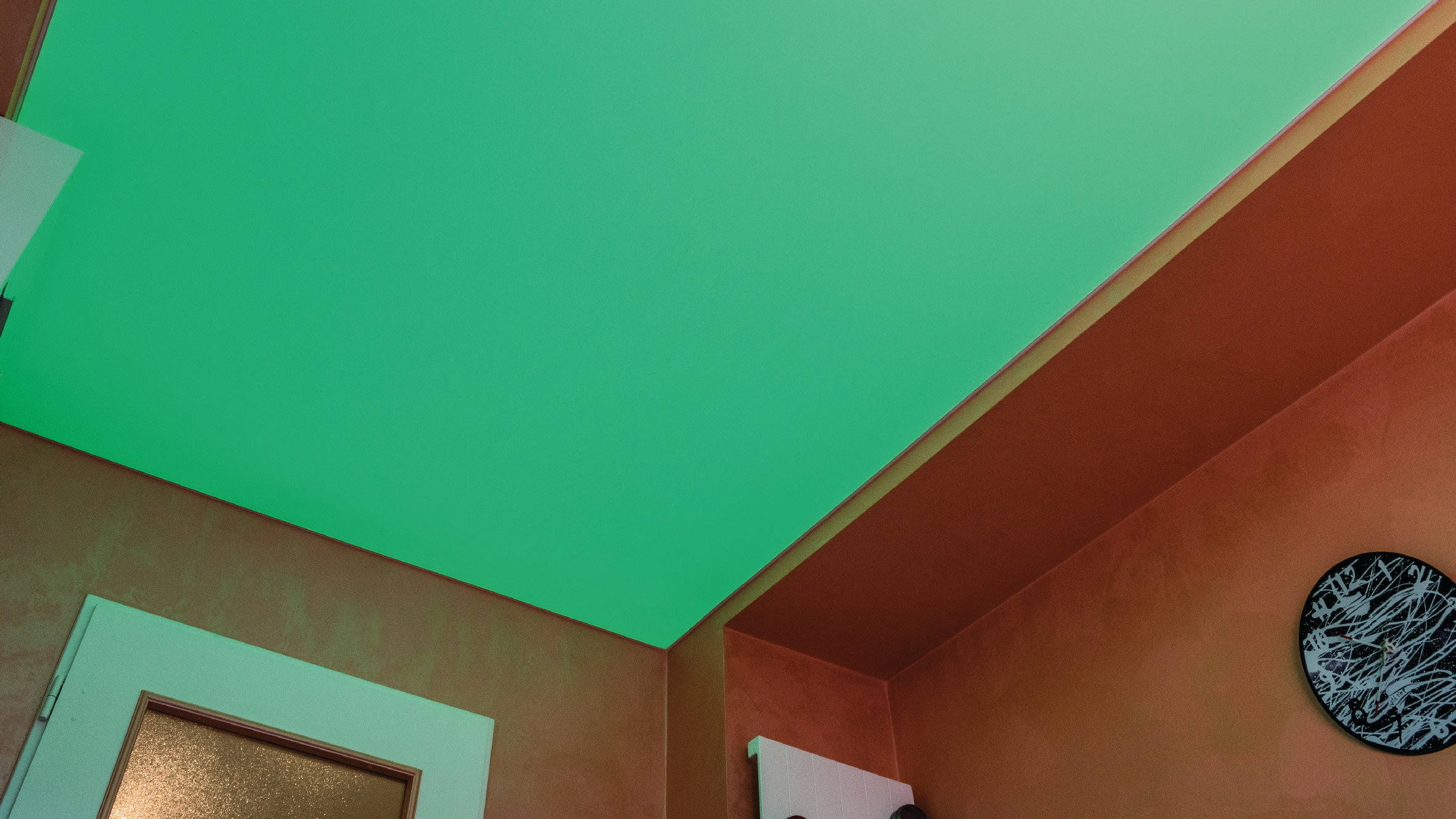 Die Farben sind mit einer Fernbedienung individuell steuerbar, so können Sie die Beleuchtung je nach Stimmung einstellen.