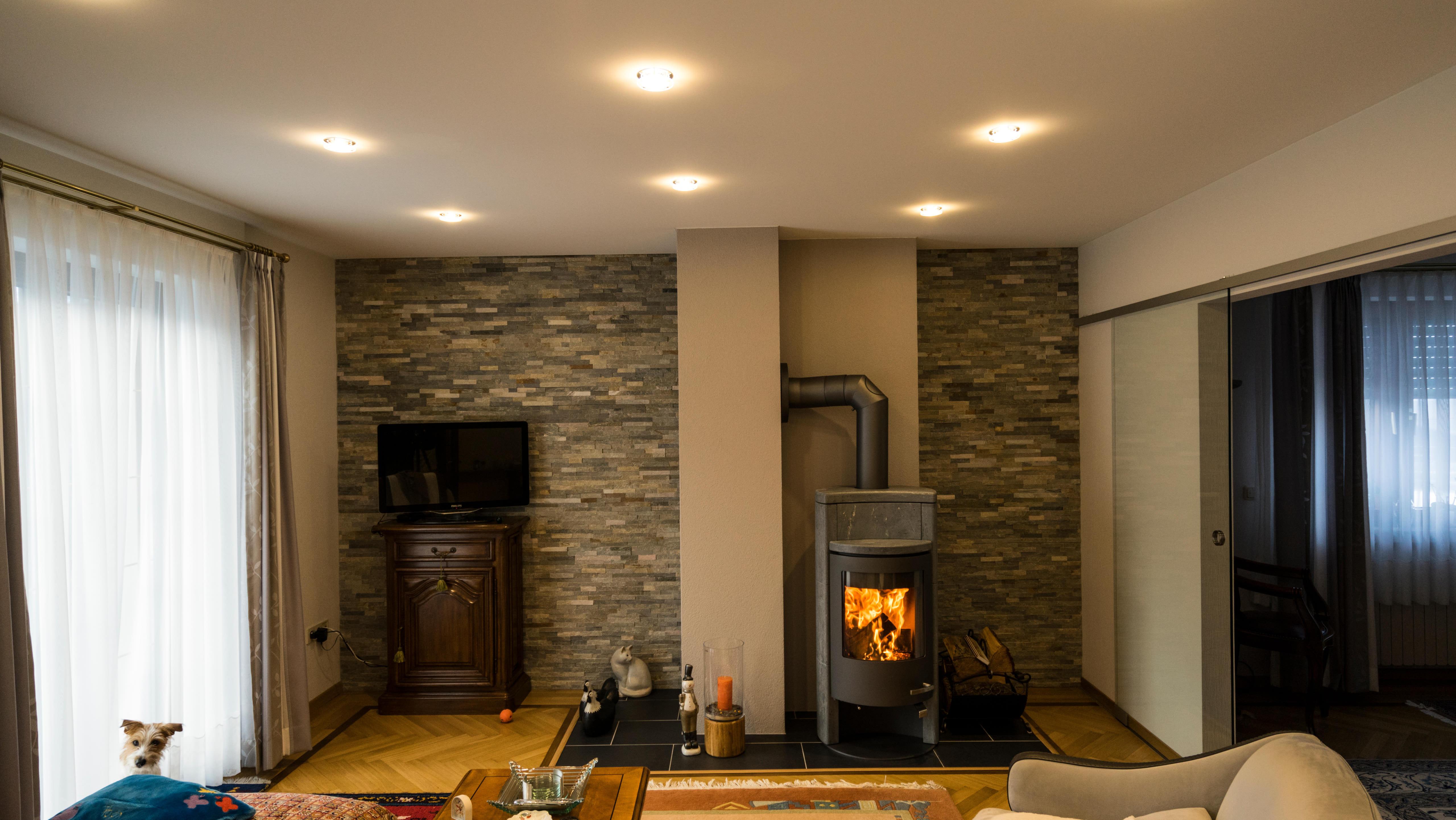 Beleuchtungskonzept mit stilvollen Einbaustrahlern im klassischen Wohnzimmer.