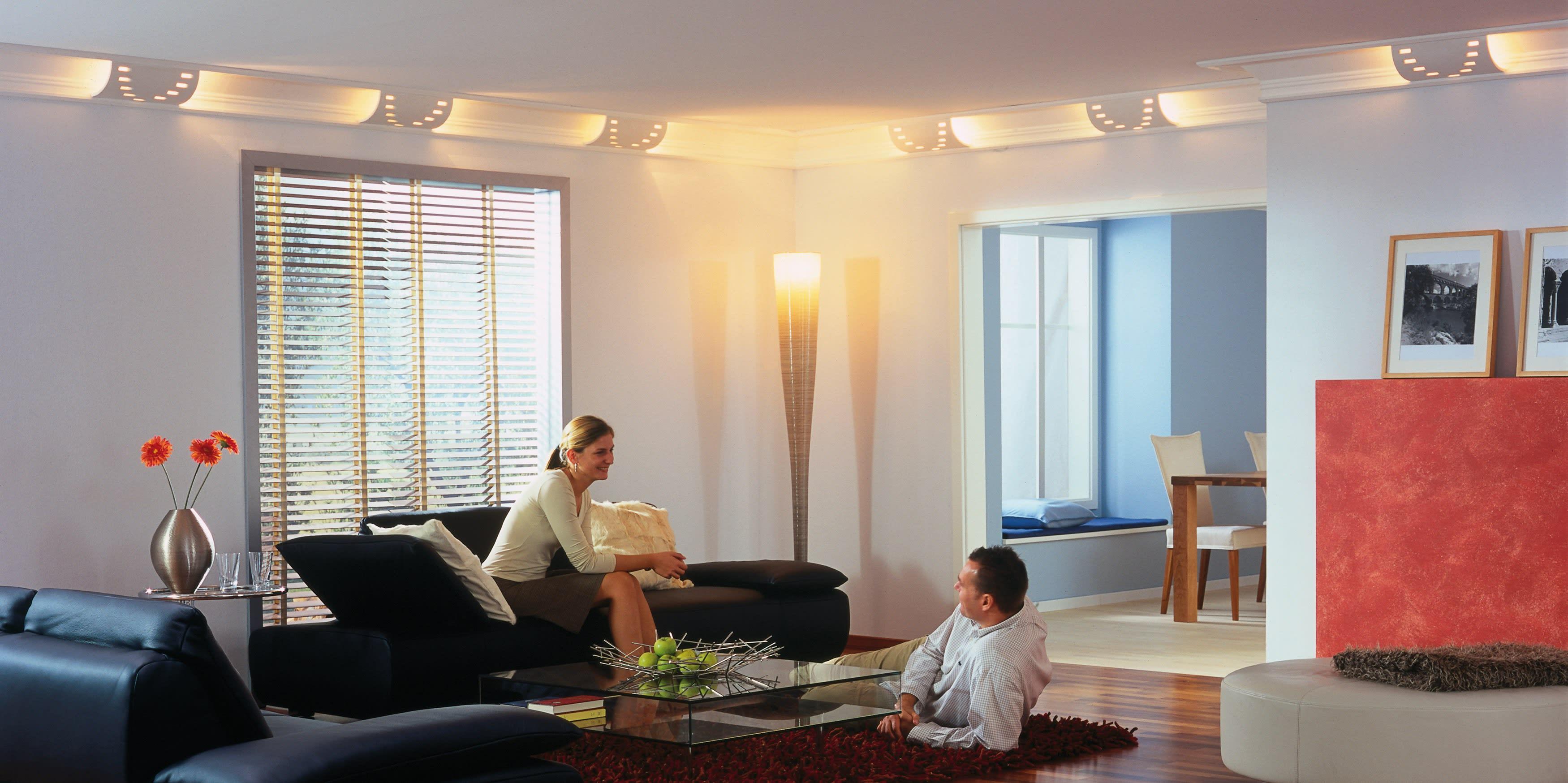 Schickes Wohnzimmer mit Clipso Spanndecken und einem Paar