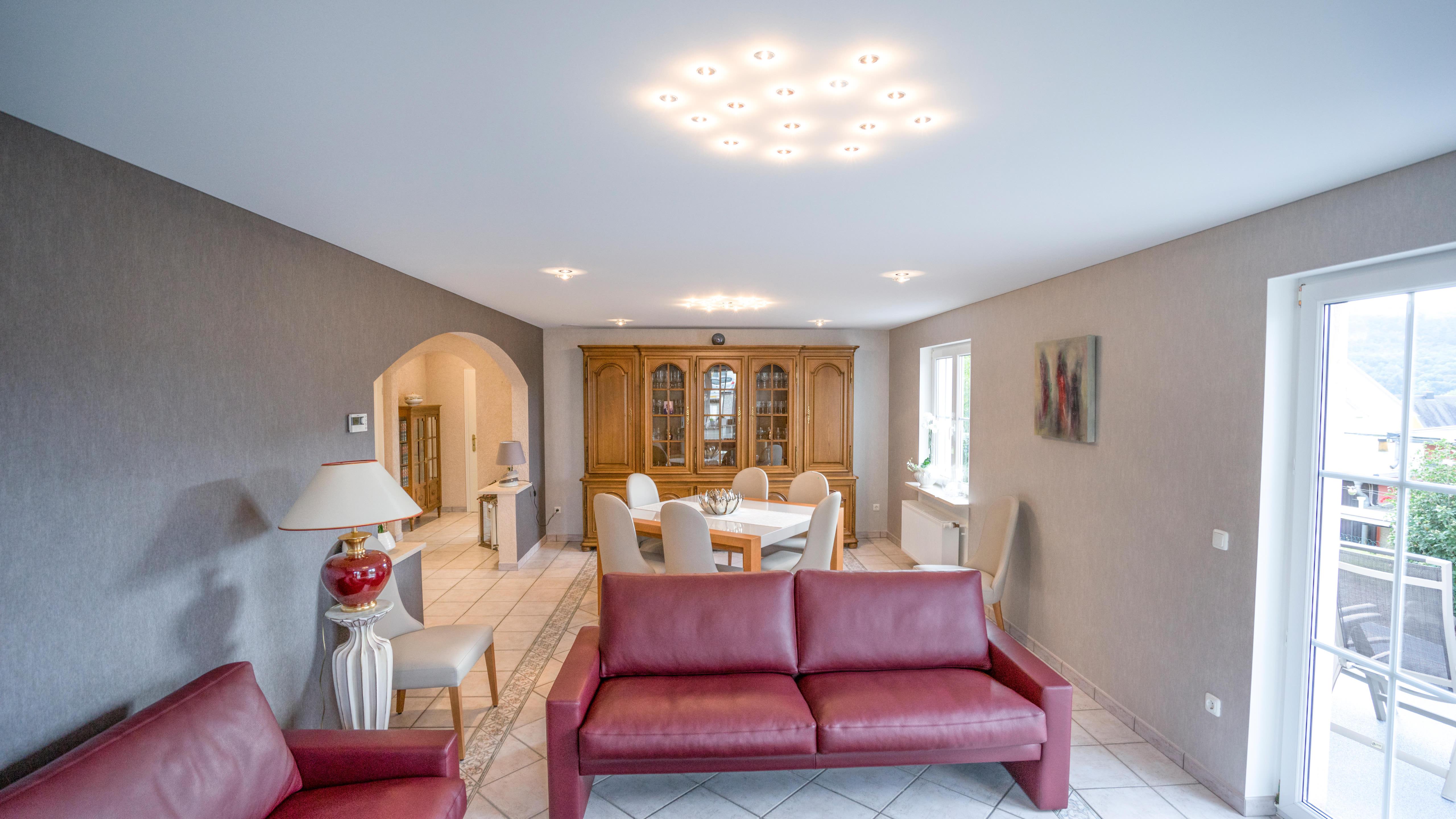 Trotz abgehängter Spanndecke (ca. 60 mm) wirkt der Raum nun freundlich, hell und einladend.