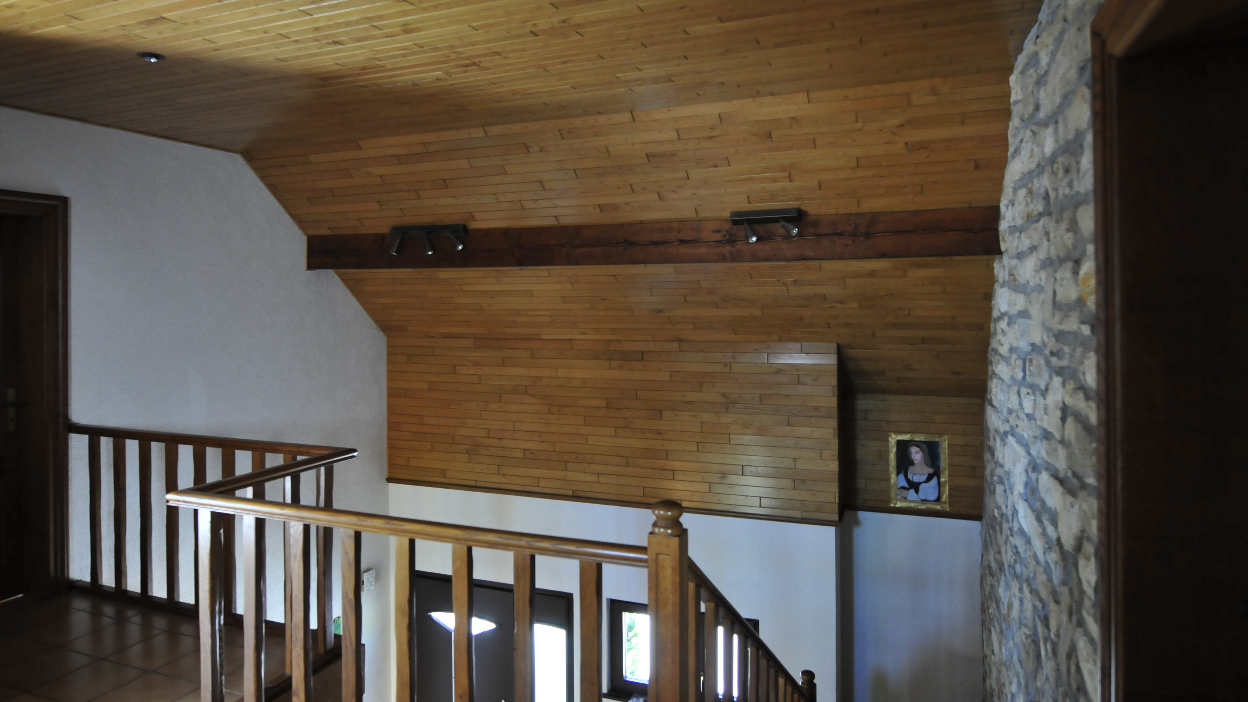 Vorher Flur mit Holzdecke dunkel Treppenhaus