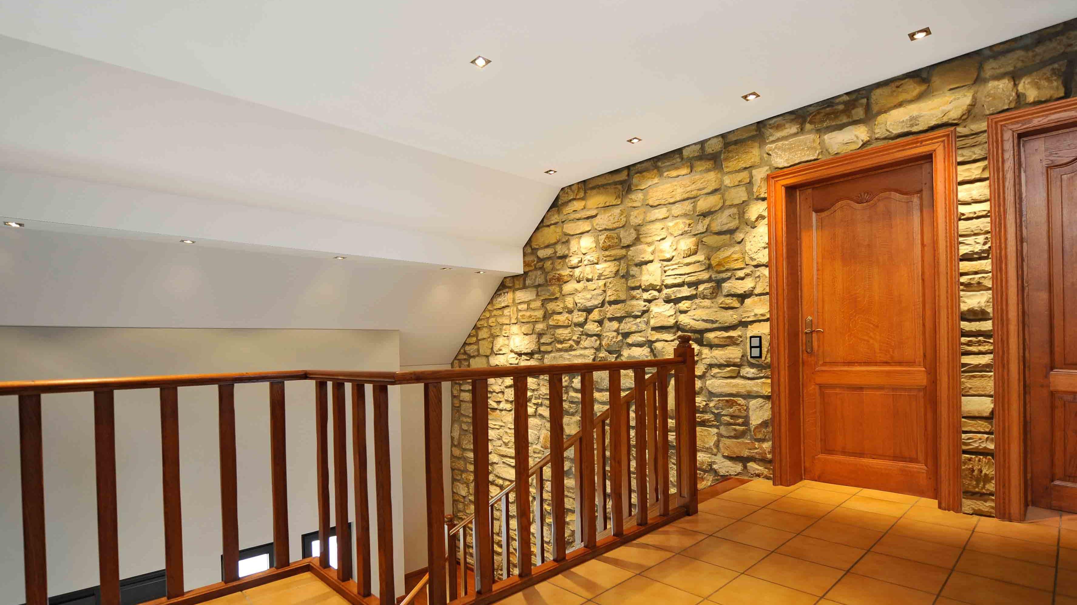 Treppenhaus Flur NAchhher helle weiße Spanndecke