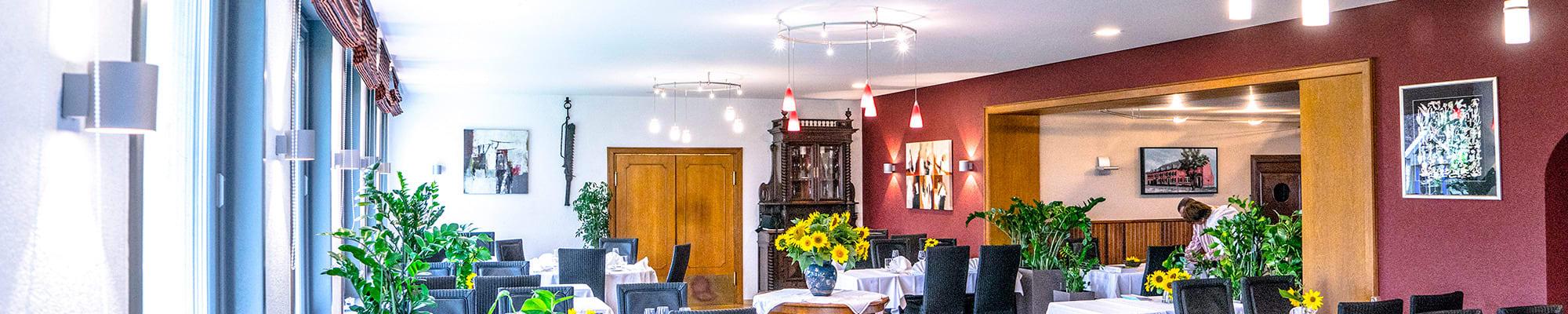 Restaurant neu weiße helle Spanndecke Weinrote Wände